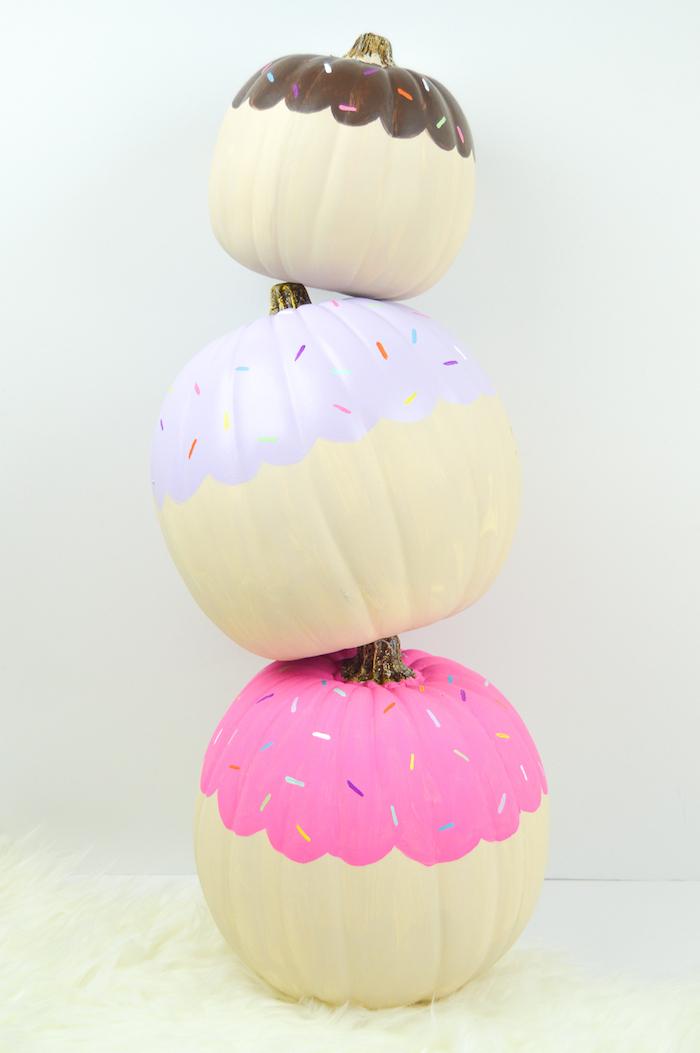 Kürbisse als Cupcakes, mit Acrylfarben bemalen, auffällige Deko Ideen zu Halloween