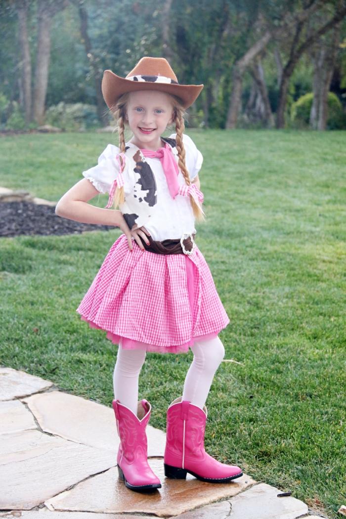 ein Mädchen mit rosa Rock und rosa Stiefel, ein Hut, blonde Zöpfe, Halloween Kostüm selber machen