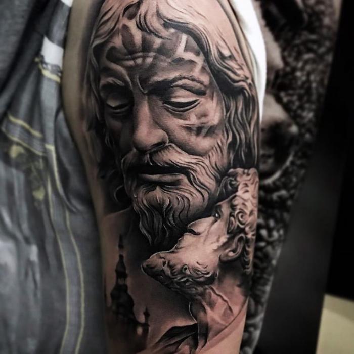 die besten tattoos, griechischer gott, mann mi bart, 3d tätowierung am oberarm
