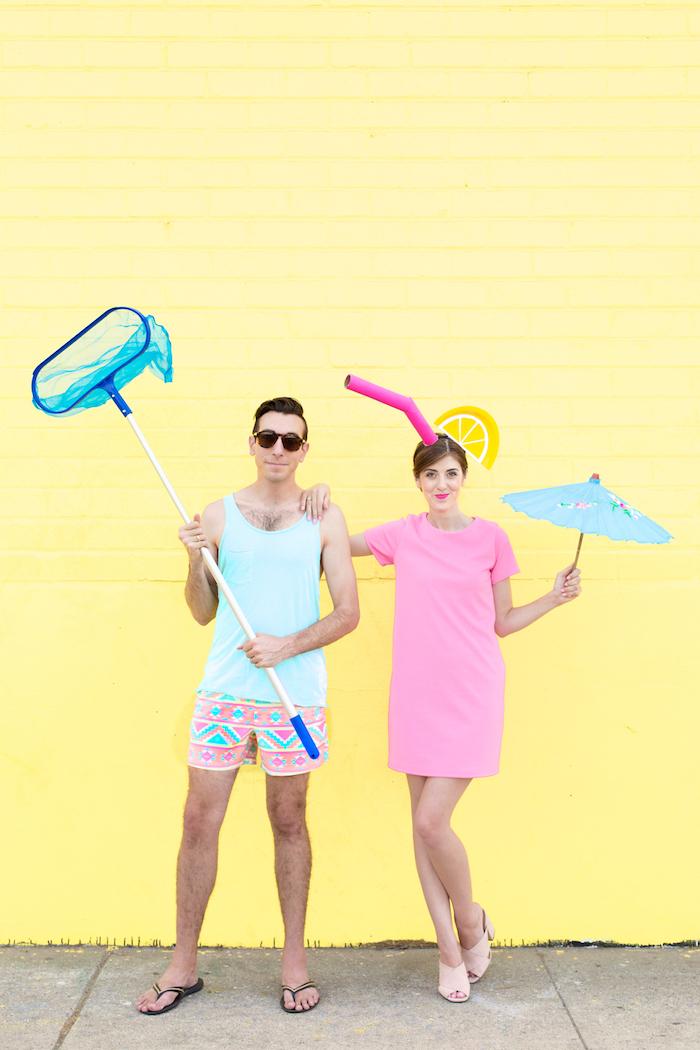 Lustige Halloween Kostüme für Paare selber machen, bunte Shorts und blaues Top, rosafarbenes Kleid