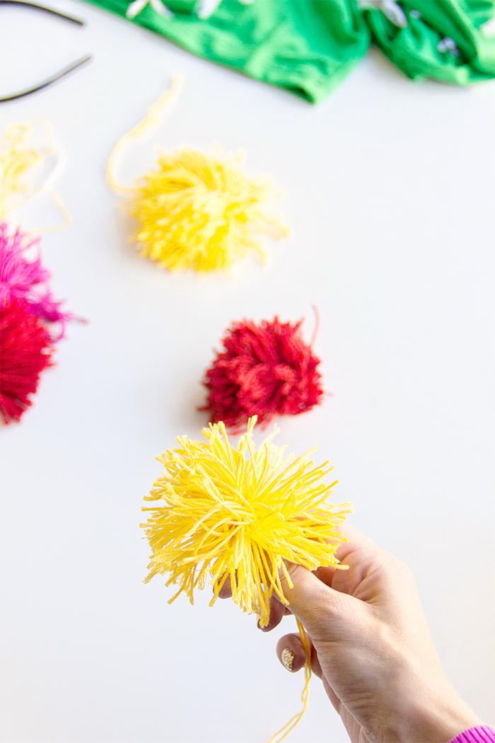 Gelbe und rote Pompons selber machen, Kaktus Kostüm für Halloween, einzigartige Verkleidung für Damen