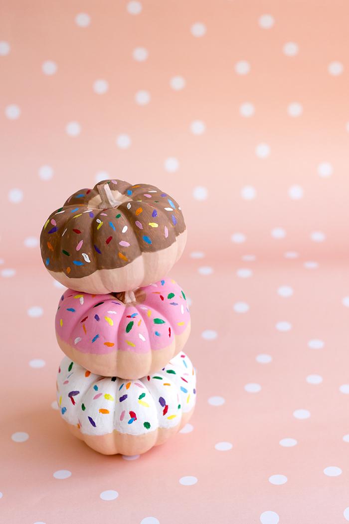 Donut Kürbisse selbst gestalten, mit Acrylfarben bemalen, Zuckerstreuseln zeichnen