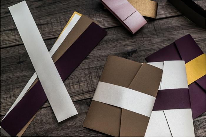 Hochzeitsdeko, Briefumschläge für die Gäste selber machen, bunte Bänder als Verzierung