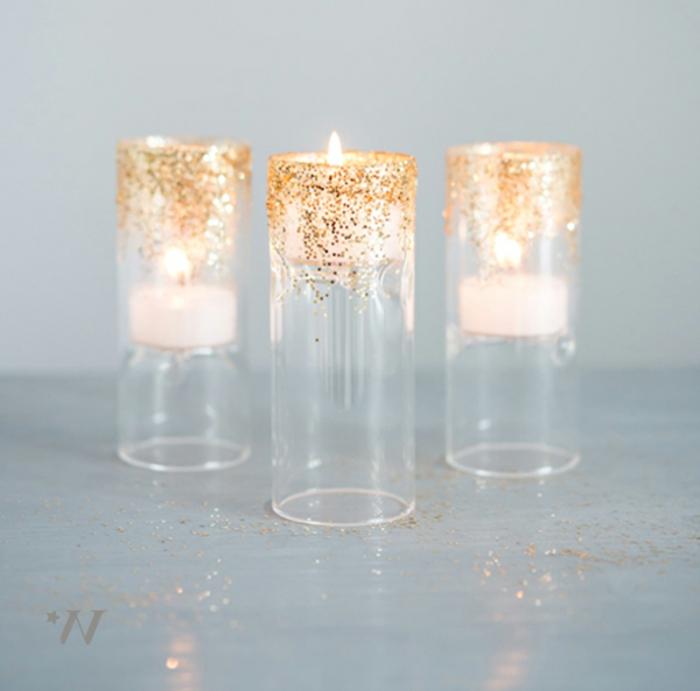 drei Kerzen in Ständern, Glitter als Dekoration, Ideen für Hochzeit, weiße Kerzen