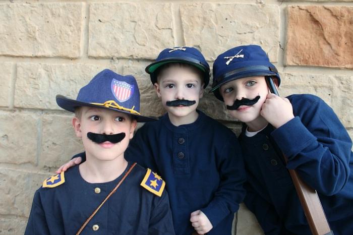 einfaches Halloween Kostüm für drei Kinder, Soldaten mit weißen Uniformen, vor einer Wand