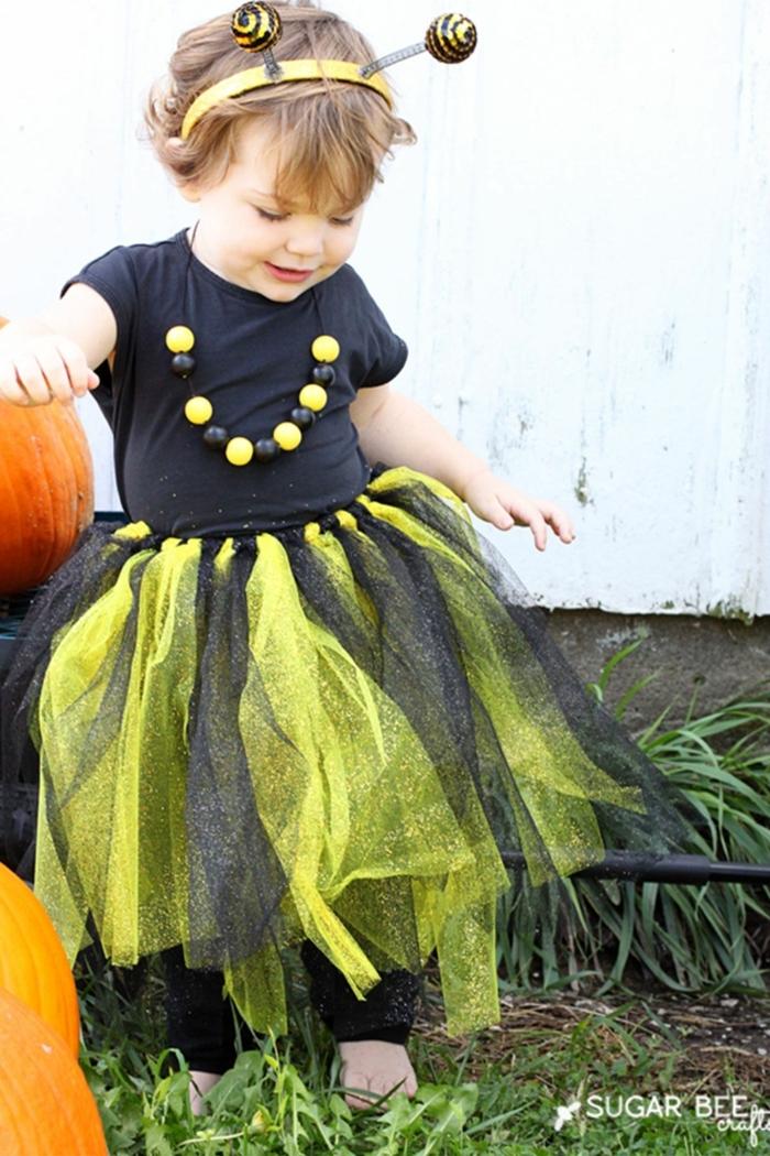 eine kleine Biene mit einer Kette, ein Haarband mit Antennen, Halloween Verkleidung für kleines Mädchen