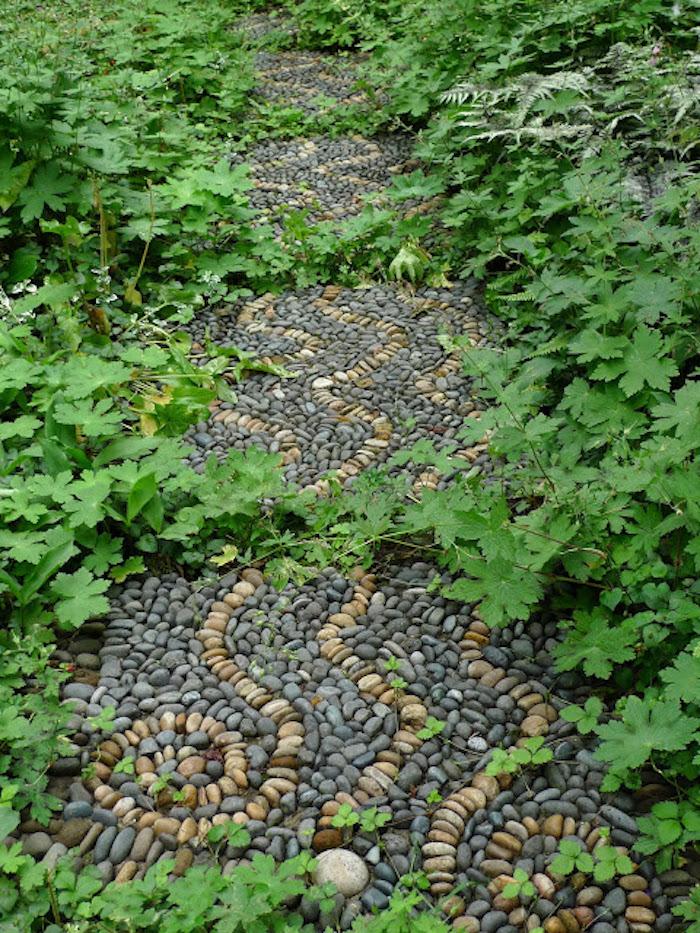 gartenweg anlegen mit vielen kleinen grauen und gelben steinen und mit pflaanzen mit grünen blättern, gartengestaltung mit steinen bilder