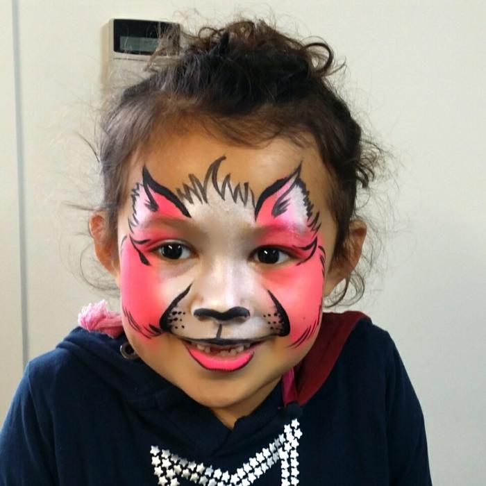ein rosa Katze von kleinen Mädchen, Halloween Kinderschminken Vorlagen, schönes Gesicht