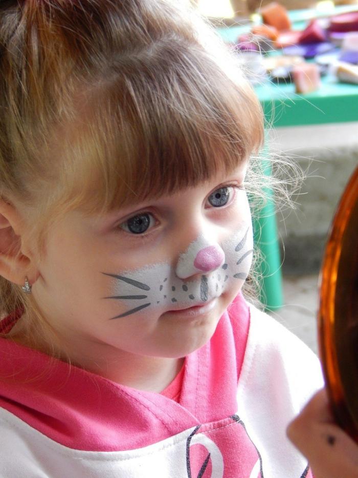 Schminke von Häschen, eine weißes Gesicht mit rosa Nasen, schwarzes Schnurhaar, Halloween Schminken Kinder