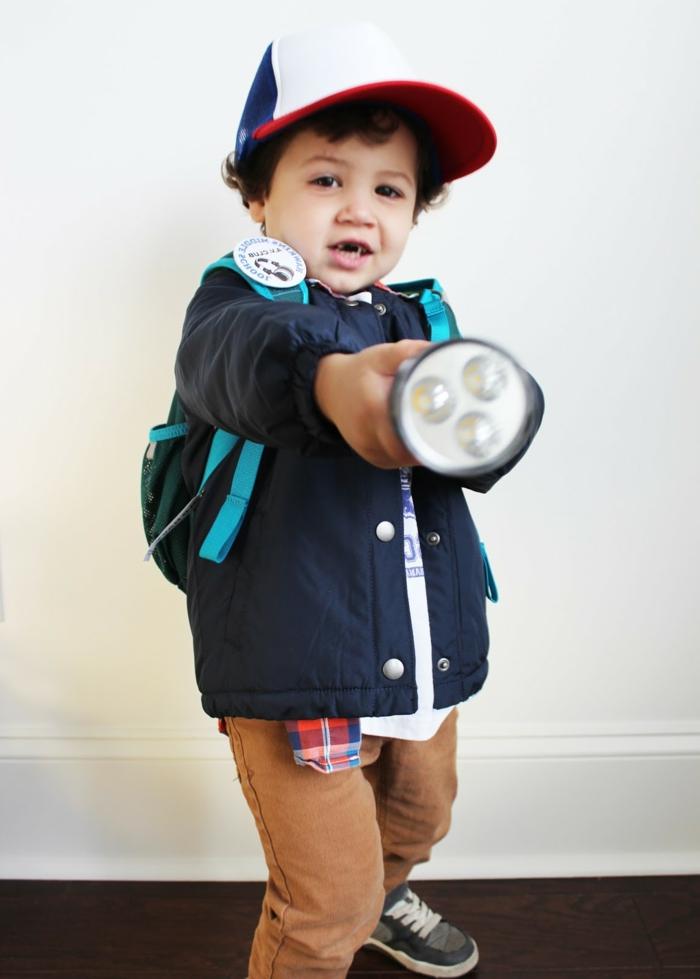 ein kleiner Junge wie Ash Ketchum maskiert mit einem Taschenlicht, einfache Halloween Kostüme