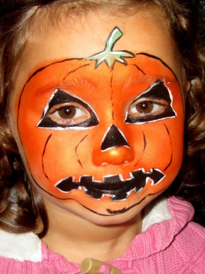 oranges Gesicht, das Kürbis darstellt, Halloween Schminkideen für kleines Mädchen