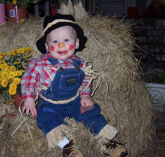 eine niedliche Strohpuppe, rote Wange und gelbe Nase, karriertes Hemd, ein Gurtel, Halloween Schminken Kinder