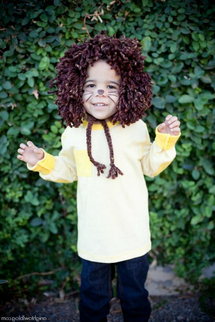 ein kleiner Löwe mit bemalten Nasen und Schnurhaar, Halloween Schminken Kinder
