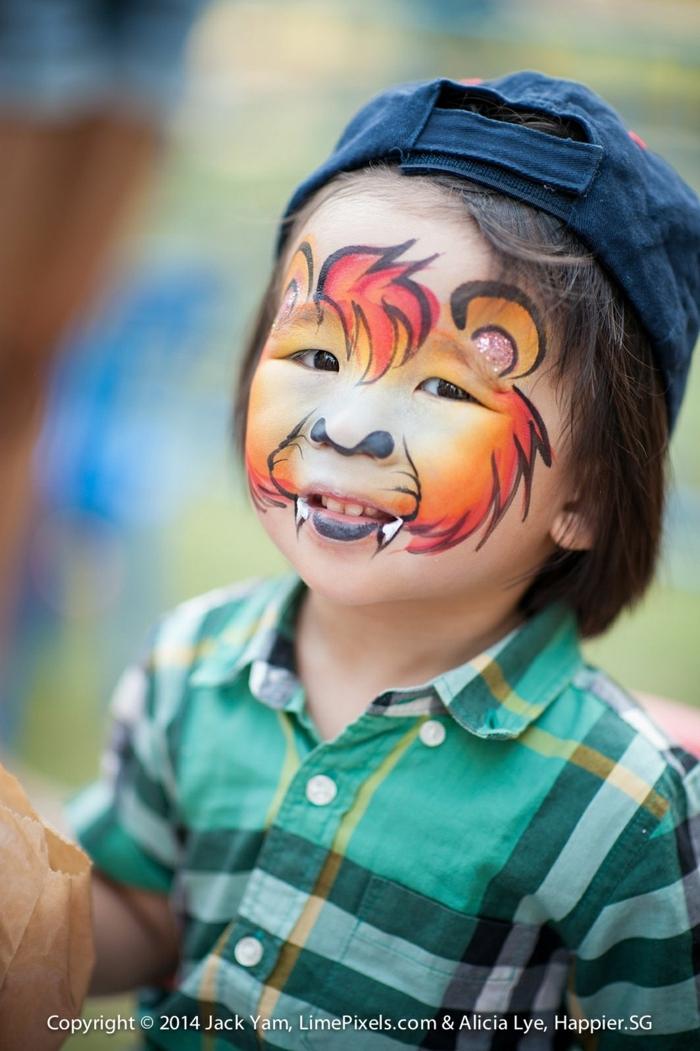 ein Tiger mit großen Zähnen auf dem Gesicht des Jungen bemalt, Halloween Schmickideen