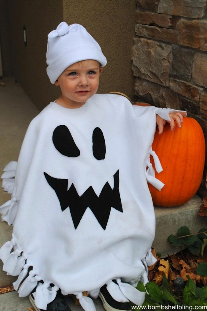 ein niedliches Gespenst mit weißer Mütze, ein Kürbis, einfache Halloween Kostüme für kleinen Jungen