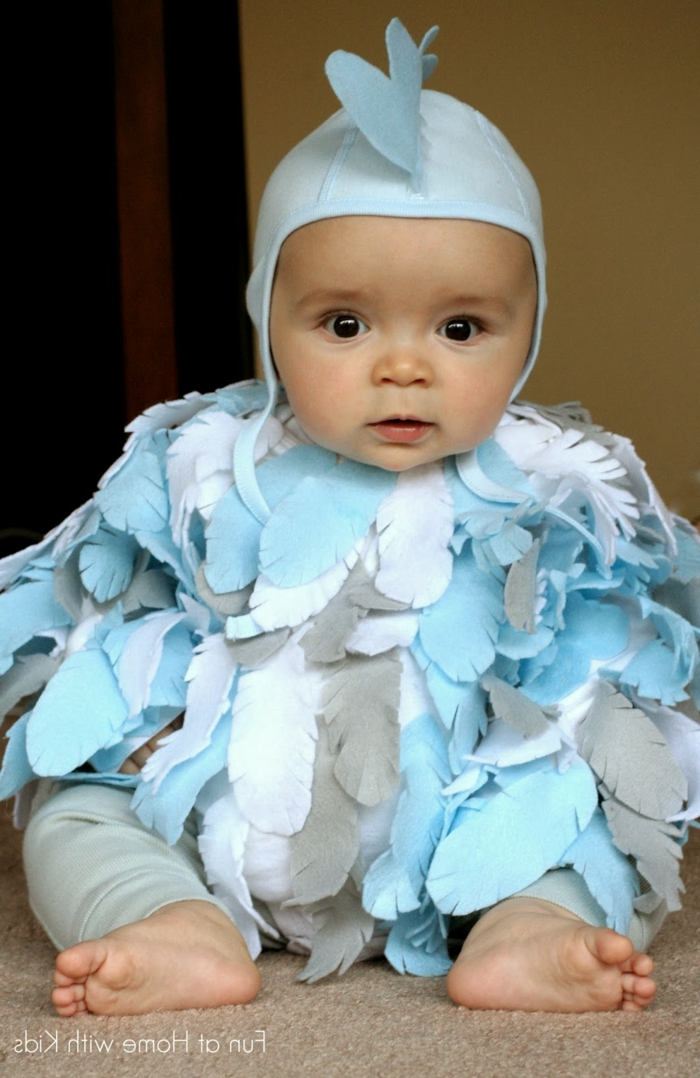 ein kleines Küken, mit blauen Feder, einfache Halloween Kostüme für Babys, kleine blaue Mütze