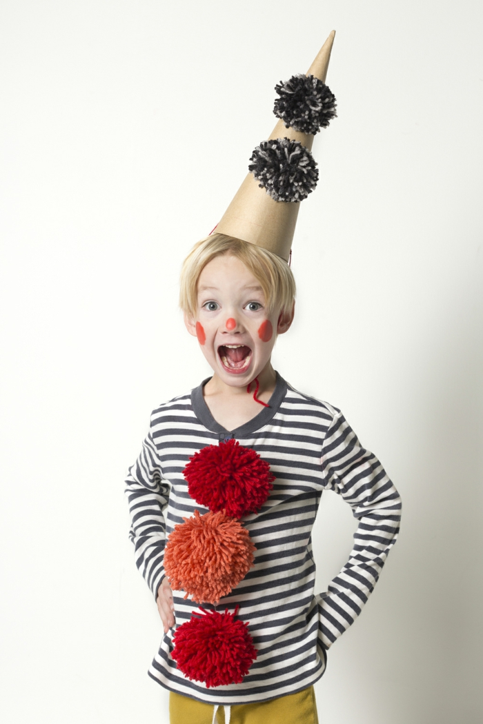 ein kleiner Junge wie Clown, Pompons und Hut von Karton, rote Schminke, einfache Halloween Kostüme