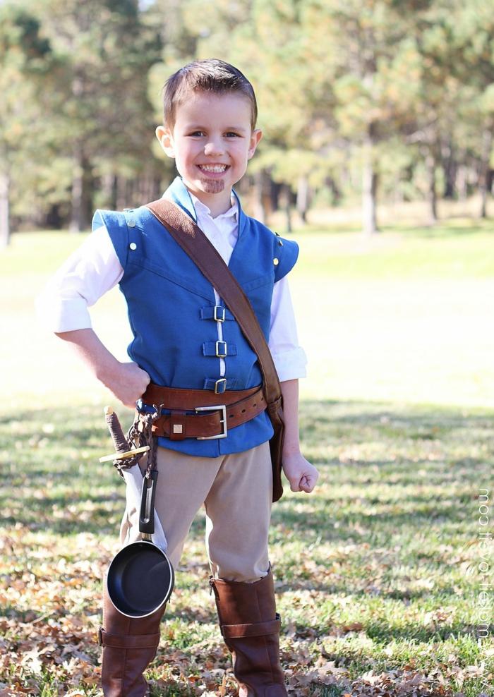 ein kleiner Junge, blaue Jacke, stellt ein Musketier dar, Waffe und eine Pfanne, einfache Halloween Kostüme