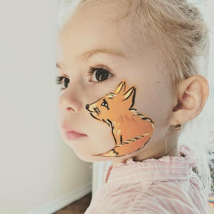 ein oranger Fuchs an der Wangen von einem süßen Mädchen, Halloween Schminkideen