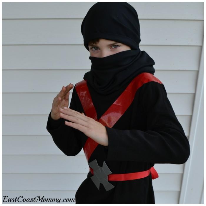 ein Ninja mit schwarzen Rollkragenpullover, roter Gürtel, Last Minute Halloween Kostüm