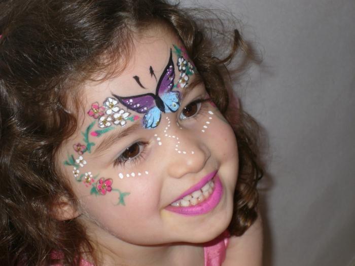 ein lila und blauer Schmetterling, bunte Blumen, rosa Lippenstift, Halloween Schminkideen