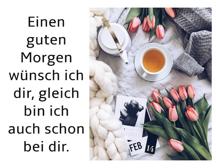 kleine weiße tasse mit tee und ein teekessel, strauß mit vielen roten tulpen mit grünen blättern, guten morgen spruch für whatsapp