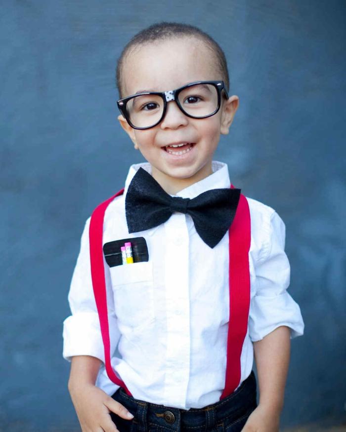 ein kleiner Herr mit Fliege, gebrochenen Brillen, roten Hosenträgern, Last Minute Halloween Kostüme