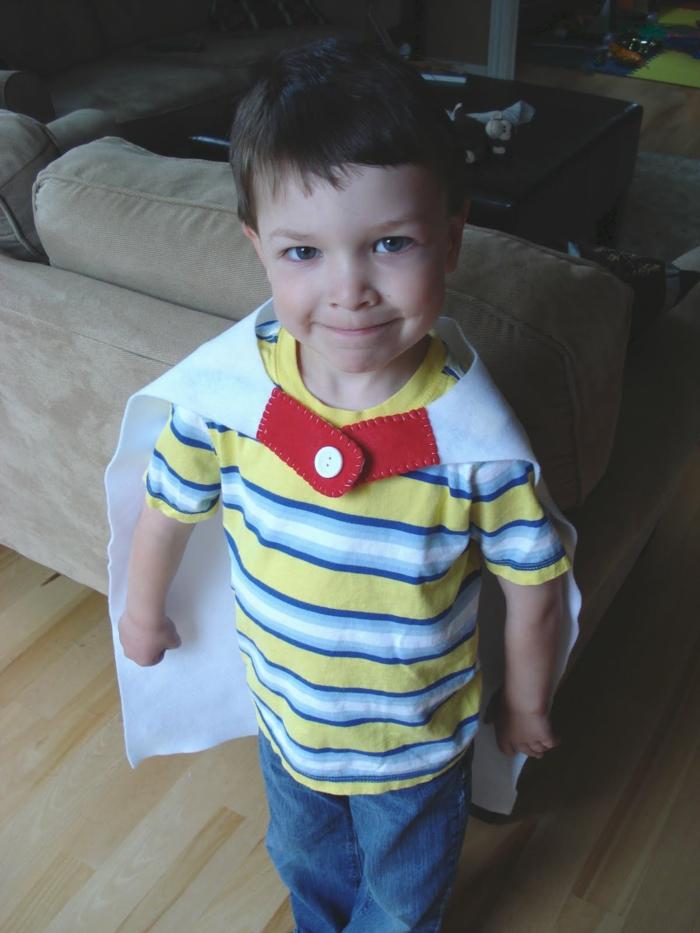 ein kleiner Supermann, mit selbstgenähter Pelerine, Jeans und buntem Hemd, Last Minute Halloween Kostüme