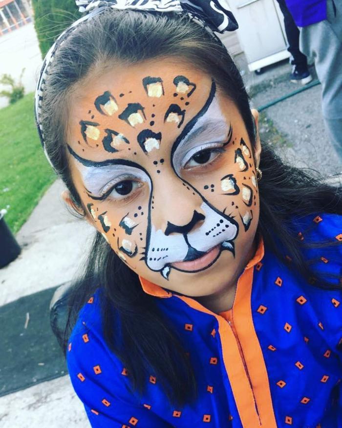 ein Tiger Gesicht, ganz realistisch, Halloween Schminkideen für Kinder, große bemalte Zähne