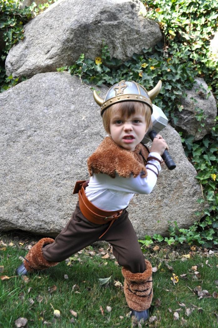 ein kleiner Thor mit dem Hammer, Helm und Pelzkragen, Last Minute Halloween Kostüm für Junge
