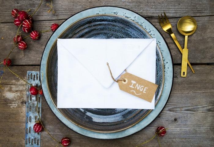 eine blaue Schale mit weißem Briefumschlag darin, eine Anhänger mit Namen, Hochzeitsfeier Ideen