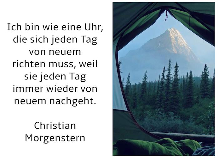 blauer himmel und berge mit schnee, guten morgen bild mit einem zitat von christian morgenstern, guten moren bilder fürs handy, wald mit grünen bäumen