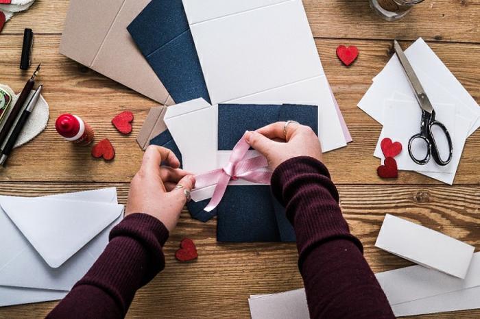 ein blauer Briefumschlag mit rosa Schleife, Hochzeitsdeko, wie Sie diesen Briefumschlag verzieren