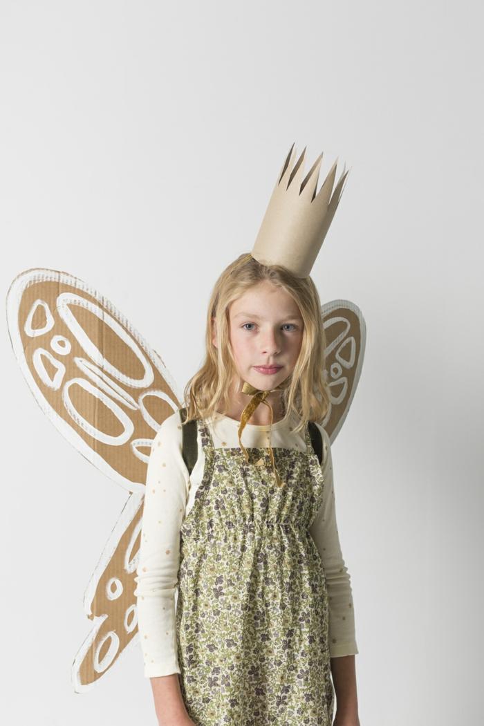 eine Fee mit Schmetterling Flügel ist ein blondes Mädchen mit Krone, in buntem Kleid, einfache Helloween Kostüme