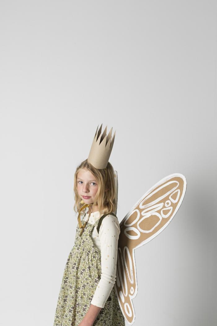 ein Mädchen mit Feenkostüm, eine Krone aus Karton, buntes Kleidchen, einfache Halloween Kostüm