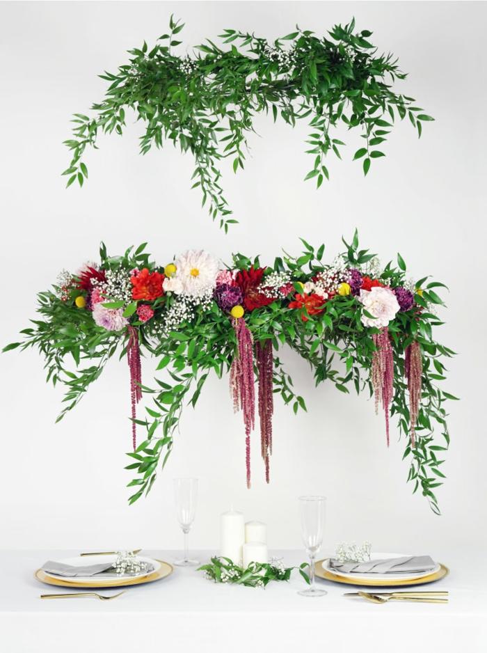 zwei Kränze für die Hochzeit, weiße, rote und lila und rosa Blumen, Hochzeitsfeier Ideen