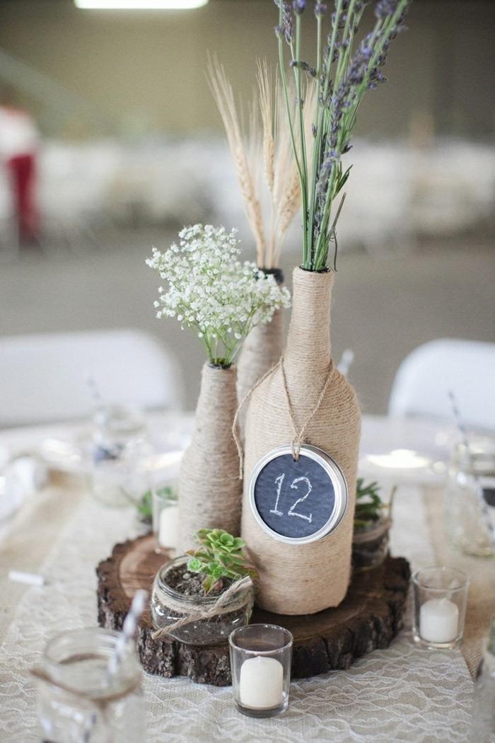 Vasen mit Tabellen für den Tisch, schöne Dekoration von rustikaler Hochzeit