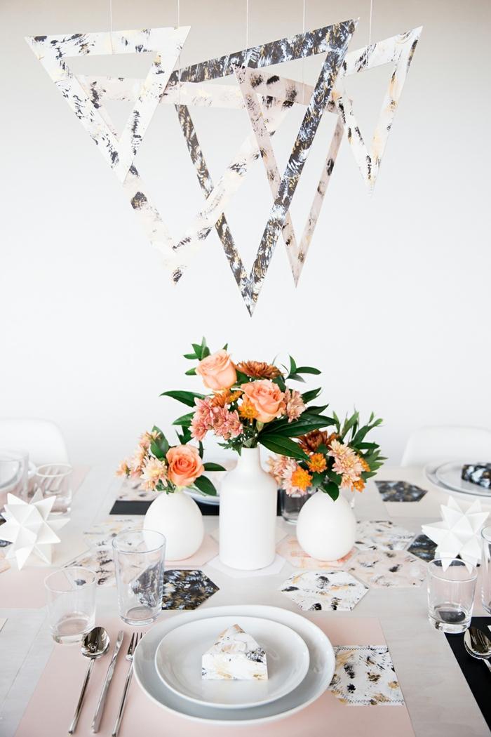 weiße Vasen, kleine bunte Blumen, hängende Dekoration, Hochzeitsfeier Ideen