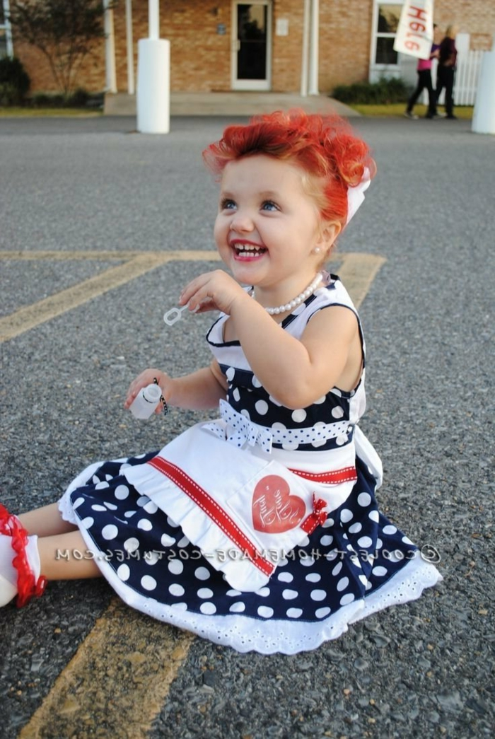 eine kleine Dame mit rotem Haar, Tupfenkleid, ein Gürtel, schnelles Helloween Kostüm für Kleinkind