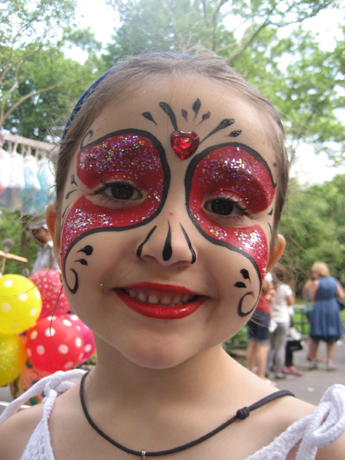 Schminke wie rote Maske mit Herzen Glasperle am Schirn, Kinderschminke für Halloween