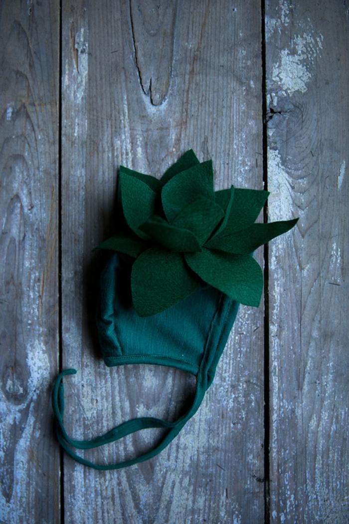 eine grüne Mütze mit einigen grünen Blättern, Halloween Kostüm selber machen für kleines Baby