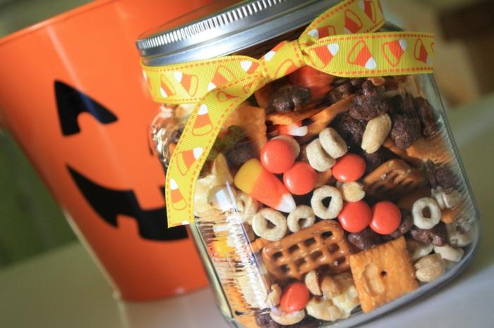 ein Weckglas voller Süßigkeiten, Kekse, eine Schleife um dem Hals, Halloween Snacks