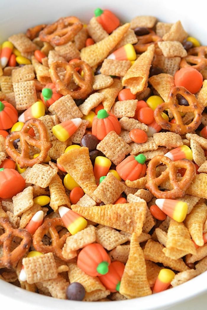 viele Süßigkeiten mit Halloween Motiven, Bonbons wie Kürbisse, Halloween Snacks