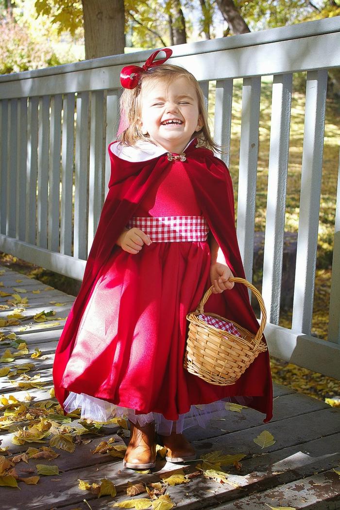 Rotkäppchen Kostüm von einem kleinen Mädchen, ein Körbchen mit karriertem Inneren, schnelles Halloween Kostüm