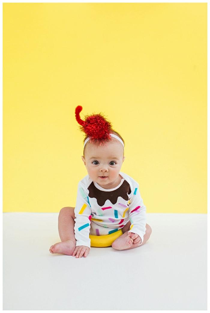 ein niedliches Baby mit weißem Babybody voller Konfetti, ein Haarband, Halloween Kostüm für Kind selber machen