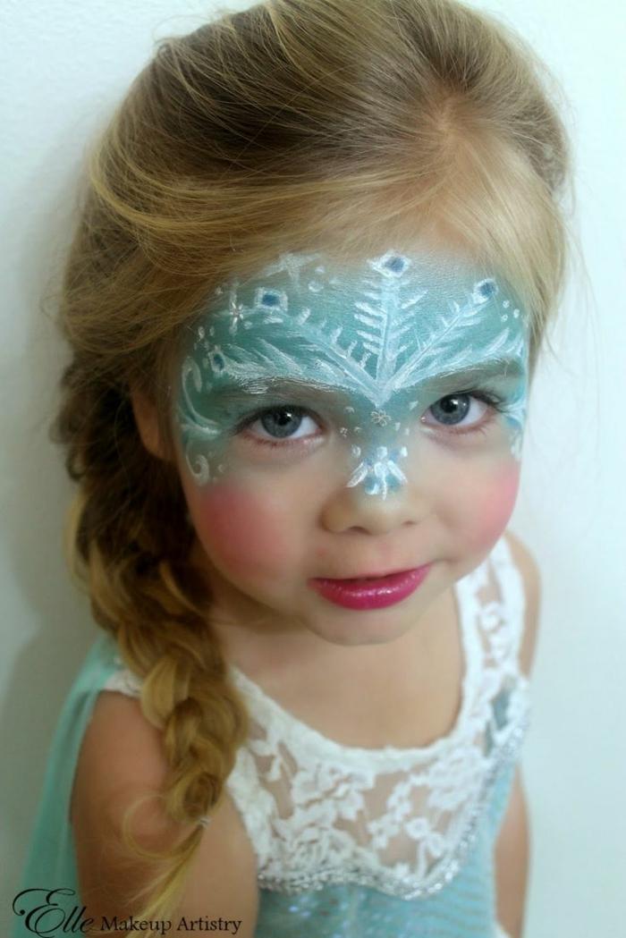 blaues Make up, das Mädchen stellt Elsa dar, eine Schneeflocke aus Krone, Halloweeen Schminken Kinder