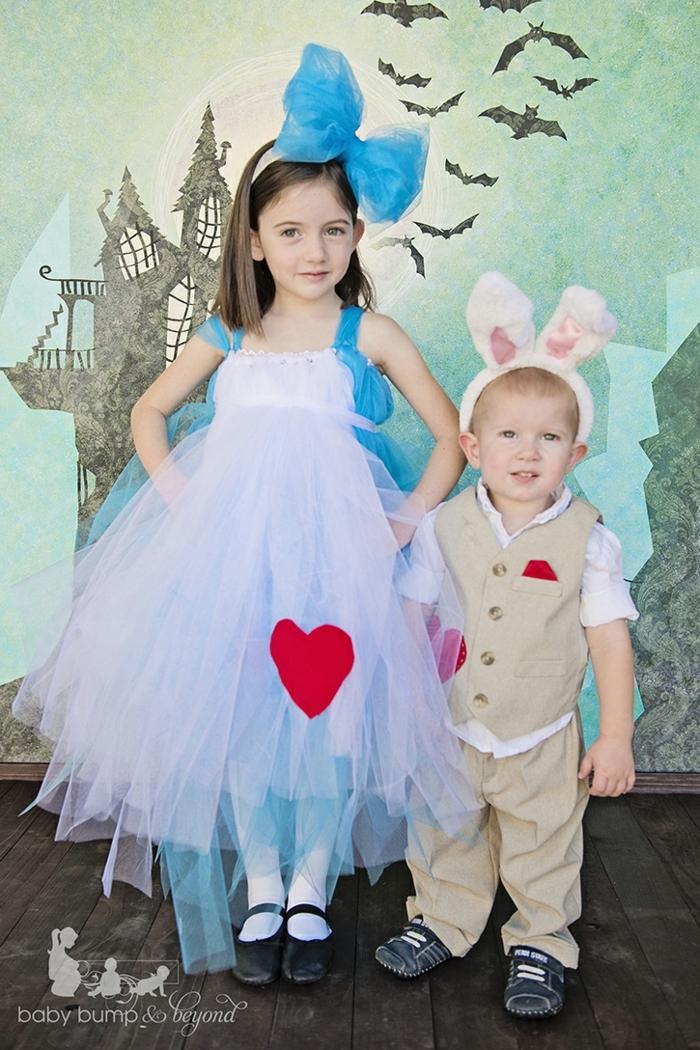 zwei Kinder mit Kostümen aus dem Buch Alice in Wunderland, das Mädchen ist Alice, der Junge ist der Hase