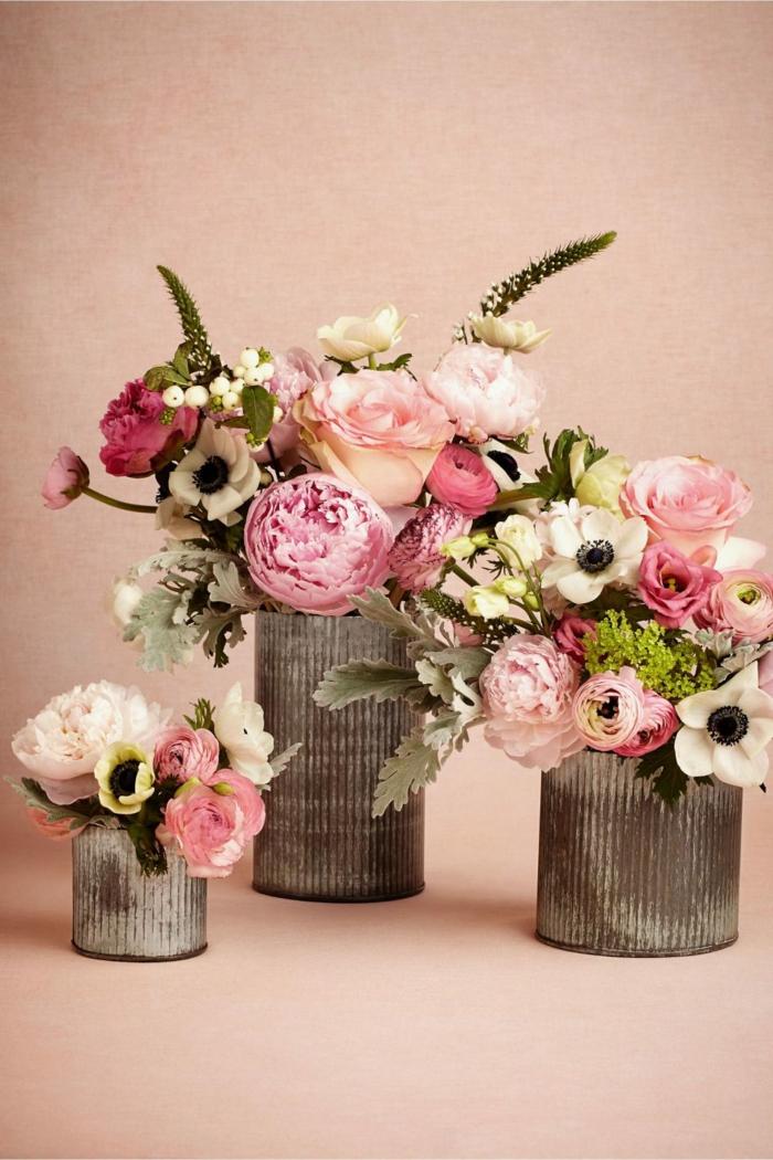 drei Dosen, die Sie mit rosa Rosen verschönern können, auf einem rosa Hintergrund, Hochzeitsfeier Ideen