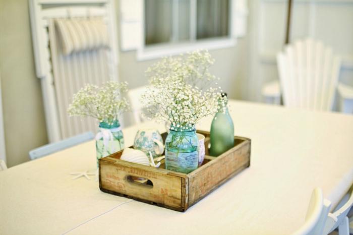 eine Schublade voller Deko für Hochzeit, Vasen in Blau gefärbt mit weißen Blumen