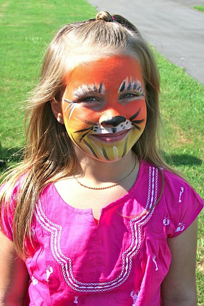 roter Oberteil und gelber Unterteil, Halloween Schminken Kinder, Lüwe Schminken von Mädchen